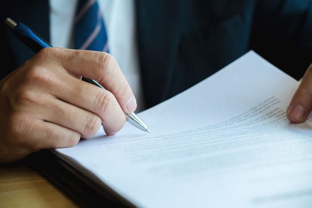 Pracownik może wymusić zawarcie z nim umowy na drodze sądowej, w przypadku gdyby pracodawca uchylał się od jej podpisania.