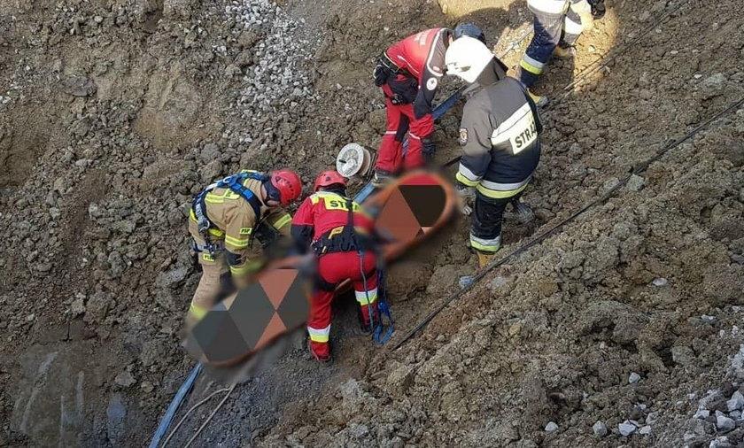 Tragedia w Odrzechowej. 59-letni mężczyzna został odkopany na głębokości 5,5 metra. Niestety, nie przeżył