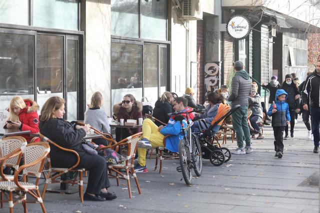 Beograđani juče: Sede po baštama kafića iako su oni zvanično zatvoreni