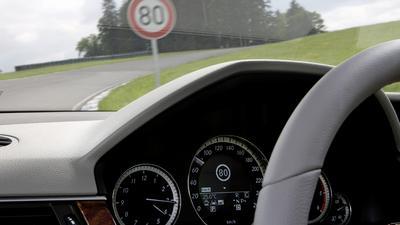 Obowiązkowy ogranicznik prędkości w nowych autach już za rok - brzęczyk czy coś więcej?
