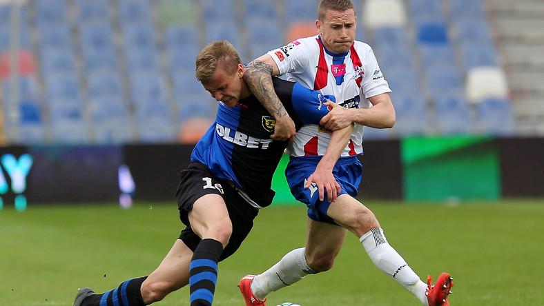 Zawodnik Podbeskidzia Bielsko-Biała Damian Chmiel (P) walczy o piłkę z Kamilem Drygasem (L) z Zawiszy Bydgoszcz
