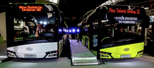 Polskie autobusy i tramwaje jeżdżą już po ulicach i torach całej Europy. W zeszłym roku fabryki zlokalizowane w Polsce wyeksportowały ponad 3,3 tys. autobusów. 25 proc. z nich trafiło do Niemiec – wynika z danych InfoBus. Największym eksporterem jest niemiecki MAN, tuż za nim plasuje się polski Solaris. Założony w 1995 r. Solaris eksportuje swoje autobusy już od 2000 r. Dziś pojazdy tej marki można spotkać już w 26 krajach świata, w tym w Izarelu czy Zjedonocznych Emiratach Arabskich. Zagraniczna sprzedaż spółki odpowiada już za około 80 proc. całej sprzedaży. Tylko w ubiegłym roku z taśm fabryki w Bolechowie wyjechały w świat 1302 autobusy, trolejbusy i tramwaje. To historyczny rekord. Na eksport trafiło 1010 pojazdów, najwięcej do Niemiec. Po niemieckich ulicach jeździ już ponad 2 tys. solarisów, co daje polskiej spółce trzecie miejsce na tym rynku autobusów miejskich. Zagraniczne rynki kolejowe podbija też polska Pesa. Tramwaje tej marki jeżdżą już po torach m.in. Bułgarii, Rumunii, Węgier czy Rosji, a pociągi zamówiły m.in. Czechy, Włochy i Niemcy. Największy kontrakt w historii Pesy to warta nawet 1,2 mld euro umowa podpisana dwa lata temu z Deutsche Bahn. Bydgoska spółka ma dostarczyć przewoźnikowi do 470 pociągów Link. Spalinowe szynobusy Pesy spotkamy też m.in. na Białorusi, w Kazachstanie czy na Litwie.