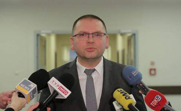 Poinformował, że żaden inny pracownik, jak również sędzia sądu rejonowego w Olsztynie na chwilę obecną nie został objęty kwarantanną. Ta sytuacja w żaden dodatkowy sposób nie zakłóca pracy sądu rejonowego w Olsztynie - dodał sędzia Dąbrowski- Żegalski.