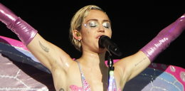 Miley Cyrus jako motyl. Ma nieogolone pachy