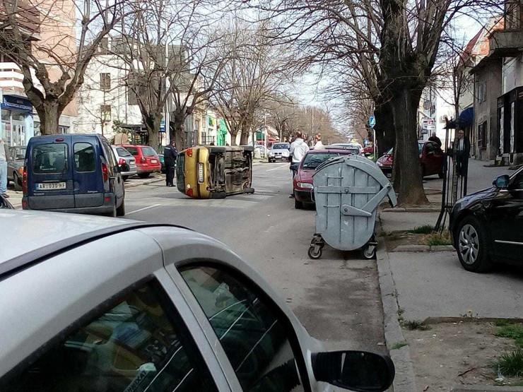 Prevrnut automobil u centru grada