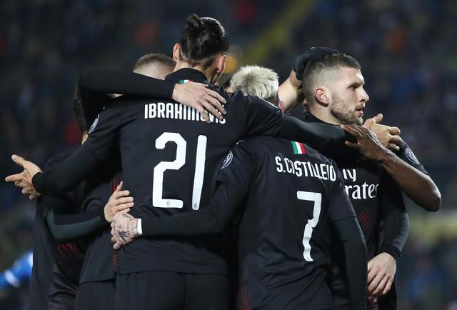 Fudbaleri Milana proslavljaju gol Rebića