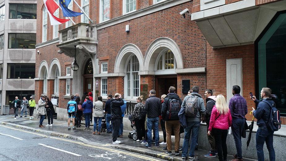 Kolejka do głosowania przed polskim konsulatem w Londynie w październiku 2019 podczas wyborów parlamentarnych. W tym roku ze względu na pandemię na Wyspach można było głosować tylko korespondencyjnie