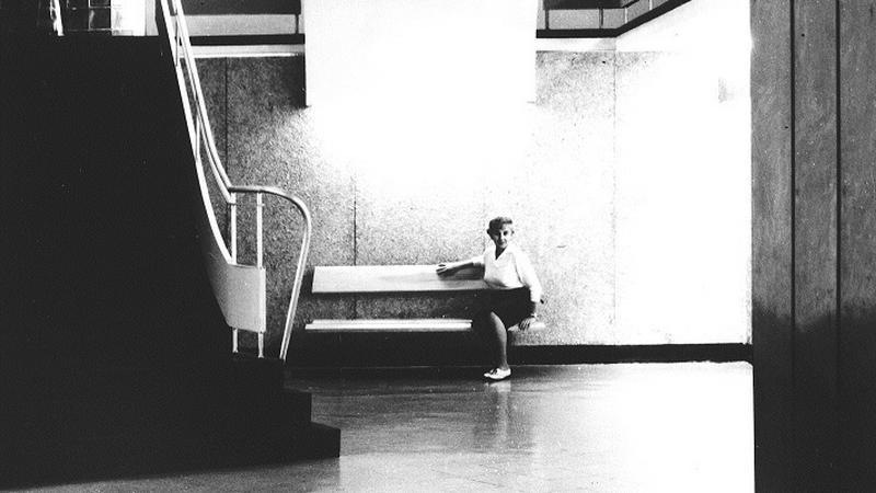 Krystyna Tołłoczko-Różyska w holu głównym Miejskiego Pawilonu Wystawowego w Krakowie, lata 60. XX wieku