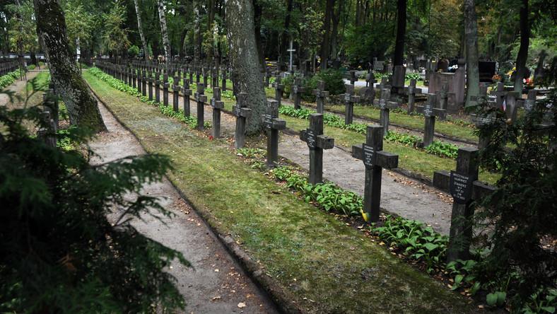 Groby żołnierzy na Cmentarzu Wojskowym na Powązkach w Warszawie