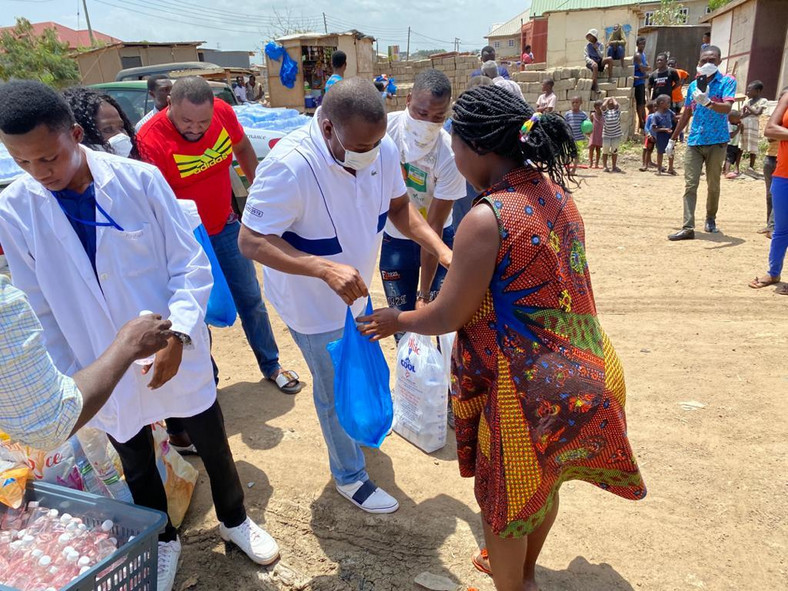 Hassan Ayariga shares food items to the needy using the best method seen so far (video)