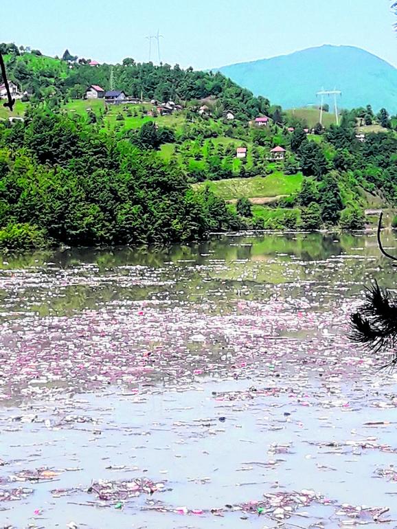 Lim spira smeće sa deponije u prijepolju i donosi ga u potpećko jezero