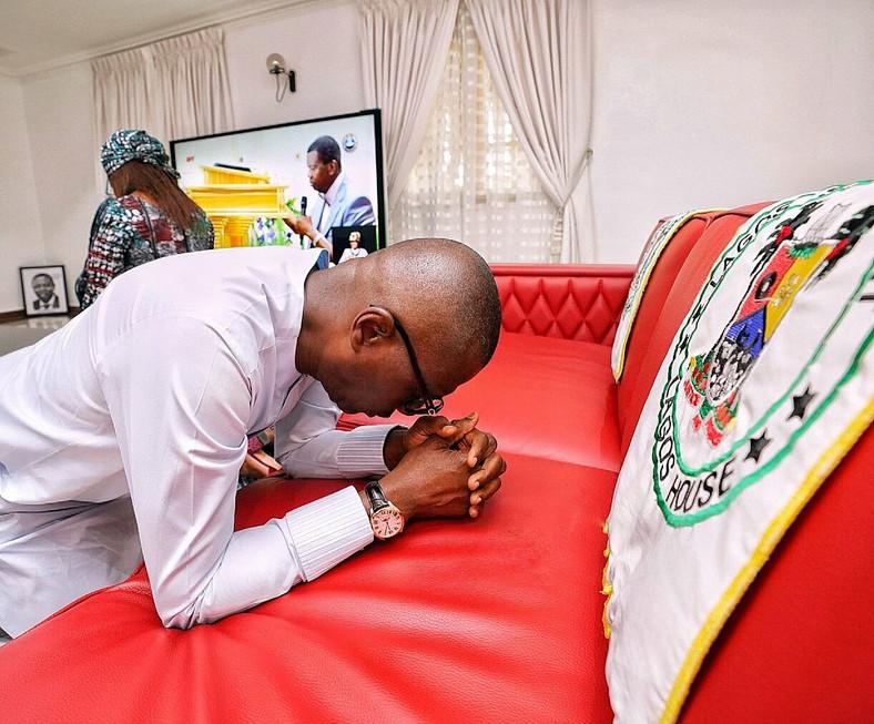 Governor Babajide Sanwo-Olu and his wife Ibijoke Sanwo-Olu praying. (Twitter/Sanwo-Olu)