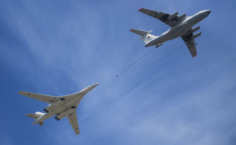 Rosyjski bombowiec strategiczny Tu-160 tankowany w powietrzu