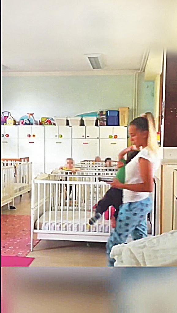 Medicinska sestra ulazi u sobu, a mališana grubo drži jednom rukom