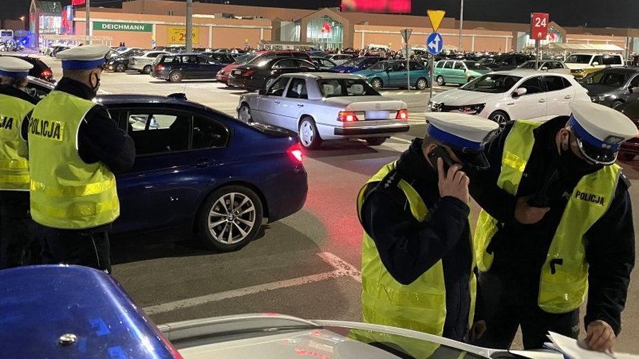 Częstochowa: Policja udaremniła nielegalne wyścigi. Ponad 700 aut na parkingu