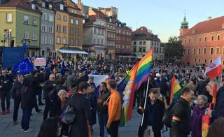 Manifestacja poparcia dla obecności Polski w UE. Tusk: Partia rządząca już bez 'owijania w bawełnę' podjęła decyzję o wyprowadzeniu Polski z UE