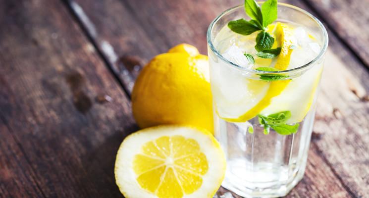 Czy picie wody z cytryna naczczo pomaga schudnąć