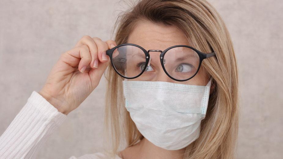 Co zrobić, żeby w maseczce nie parowały okulary?