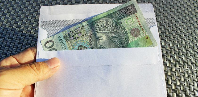 Ile Polacy dają księdzu w kopercie? Sprawdziliśmy to