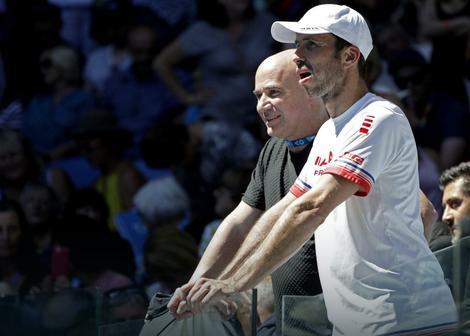 Andre Agasi i Radek Štepanek, Novakovi treneri, pomno su pratili svaki potez