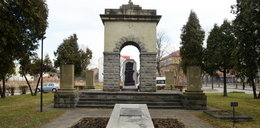 Zburzono pomnik czerwonoarmistów