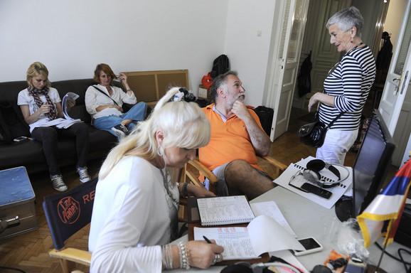 Reditelj Miroslav Lekić se dogovora sa članovima ekipe
