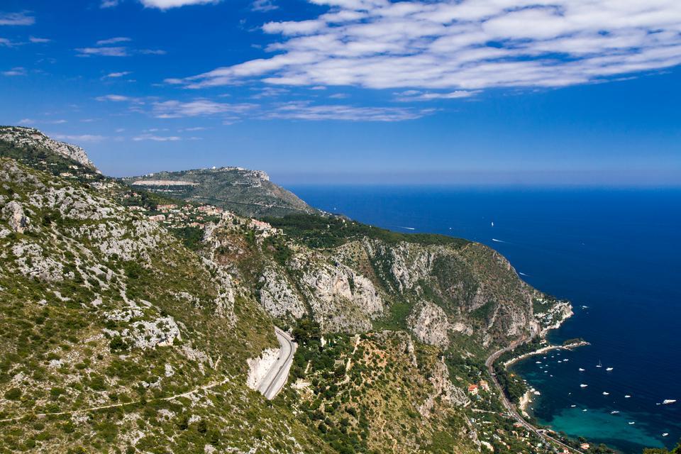 Podróż w skalistym otoczeniu pomiędzy Niceą we Francji i Monako zapewni niezapomniane wrażenia. Drogi wykute są w zboczu góry. Grande Corniche znajduje się w górnej części, Moyenne Corniche znajduje się w środku, a Basse Corniche u wybrzeża. Droga prowadzi kierowców poprzez obrazy rustykalnych willi, piękne sosny i ogrody.