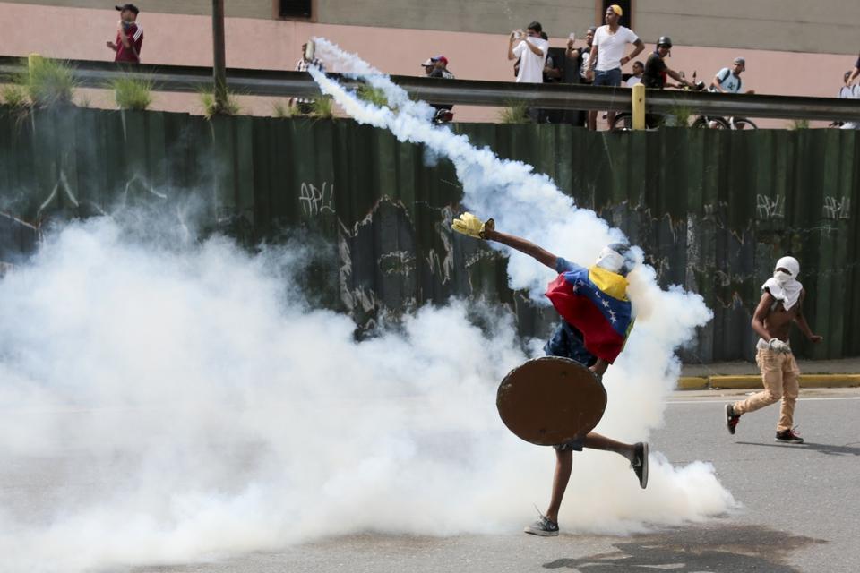 Jedną z ofiar starć protestujących z policją i armią był 17-letni uczeń, który... nie miał zamiaru protestować. Był w drodze na mecz piłki nożnej, kiedy dopadły go strzały ze strony wspierających rząd.