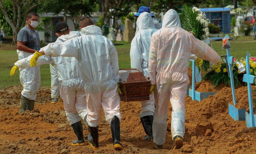 Z powodu koronawirusa w Manaus w kwietniu 2020 r. chowano zmarłych w masowych grobach