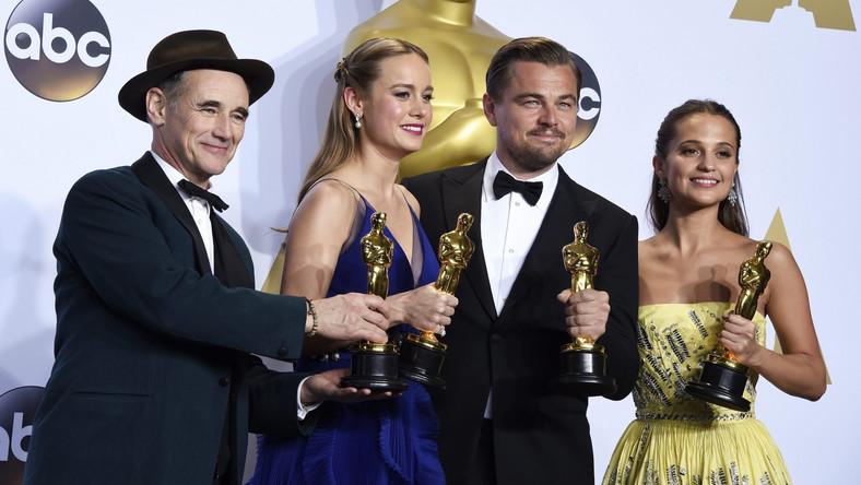 """Najważniejszą nagrodę w kategorii najlepszy film zgarnął dramat """"Spotlight"""". Wyróżniono również jego twórców Josha Singera i Toma McCarthy'ego za najlepszy scenariusz oryginalny. Najwięcej, bo aż 6 statuetek Akademii, zebrali autorzy nowego """"Mad Maksa"""" –""""Na drodze gniewu"""". W kategoriach aktorskich triumfowali Alicia Vikander, Mark Rylance, Brie Larson oraz Leonardo DiCaprio, dla którego była to szósta piąta i pierwsza nagroda. Drugi rok z rzędu najlepszym reżyserem uznano Alejandro Gonzáleza Inárritu (""""Zjawa""""). Oto wszyscy szcześliwi laureaci na okolicznościowych zdjęciach:"""