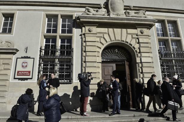 Ewakuowane osoby przed siedzibą sądu, po tym, jak ogłoszono alarm bombowy.