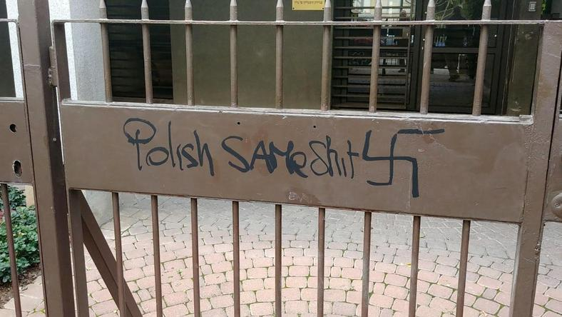 Wejście do polskiej ambasady