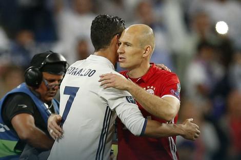 Arjen Roben se pozdravlja sa Ronaldom posle eliminacije Bajerna