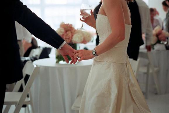 ŠTO SE SLAVILO, SLAVILO SE Dobijali su specijalne dozvole, pravili svadbe i  veselja, pa je KORONA BUKNULA. Sada je na to stavljena tačka