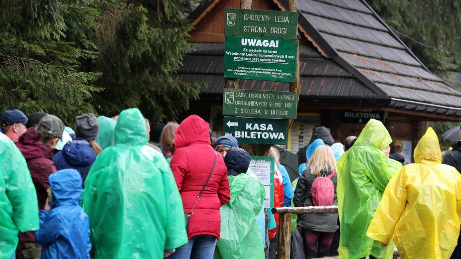 W Tatrach dalej tłumy turystów. Pełne parkingi i kolejki