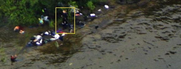 Na internetu se sinoć pojavila slika masakra na ostrvu Utoja, na kojoj se navodno vidi Brejvik (uokviren žutim) kako hoda među telima svojih žrtava