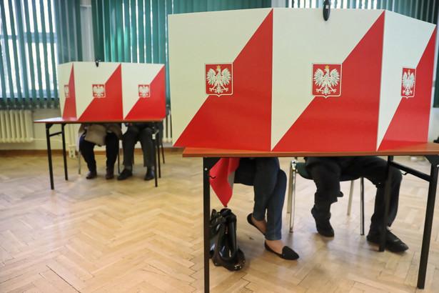 Według sondażu IPSOS w wyborach do sejmików wojewódzkich w skali kraju PiS uzyskało 32,3 proc., Koalicja Obywatelska – 24,7 proc., PSL – 16,6 proc., Kukiz'15 – 6,3 proc., Bezpartyjni Samorządowcy – 6,3 proc., SLD-Lewica Razem – 5,7 proc. Frekwencja wyborcza wyniosła 51,3 proc.
