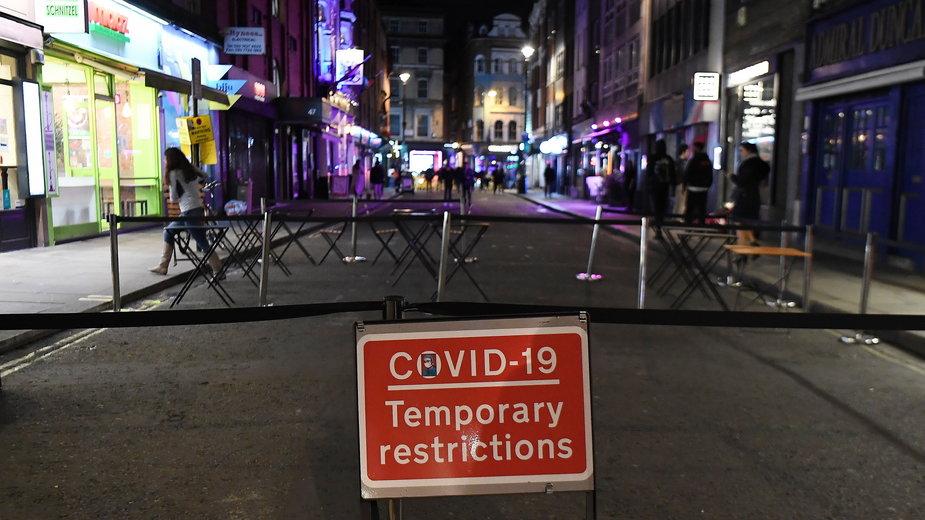 W Londynie zamknięto część barów i restauracji, aby zmniejszyć tempo rozprzestrzeniania się koronawirusa