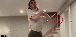Tańczył sam w domu, obejrzał nagranie i zamarł. Co to było!?