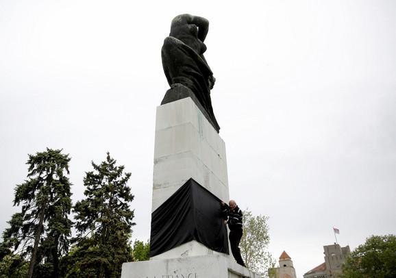 Zavijanje spomenika u crno iz 2017.
