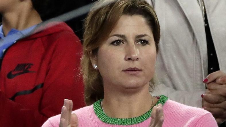 38-letnia żona tenisisty (ona sama też uprawia zawodowo ten sport) towarzyszy mężowi w turnieju Australian Open i oczywiście wiernie mu kibicuje. Dotychczas jednak rzadko budziła tak duże zainteresowanie fotografów, jak wczoraj, gdy pojawiła się na trybunach w przykuwającym wzrok różowym sweterku...