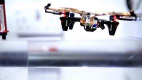 Dron z bezprzewodowym zasilaniem