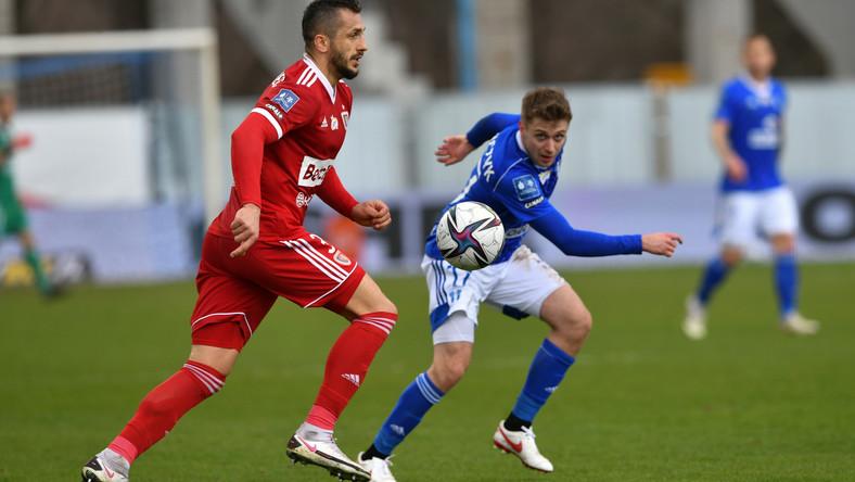 Zawodnik Wisły Płock Hubert Adamczyk (P) i Tomasz Jodłowiec (L) z Piasta Gliwice podczas meczu 23. kolejki piłkarskiej Ekstraklasy