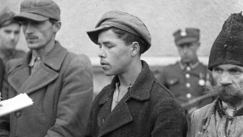 """Ludowe Wojsko Polskie zatrzymuje """"bandy"""" UPA. Rok 1946, gdzieś w Bieszczadach"""