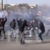 ŽESTOK NAVIJAČKI OBRAČUN O KOM BRUJI REGION U sukobu u Severnoj Makedoniji lete flaše, baklje i kamenice - policajci NEMO POSMATRALI sa strane /VIDEO/