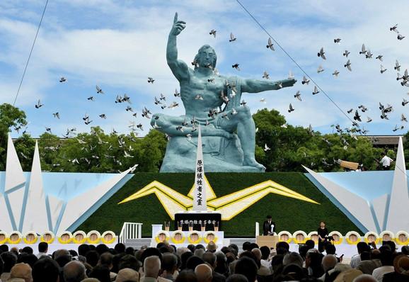 Ceremonija u Memorijalnom parku Mir pored spomenika posvećenog žrtva atomske bombe