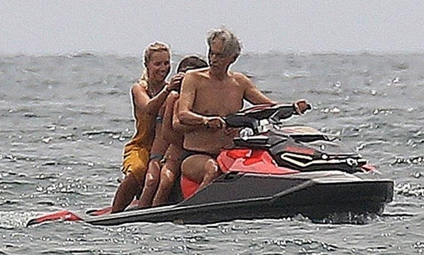 Andrea Bocelli na skuterze wodnym.