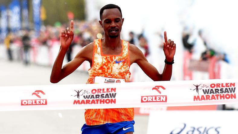Zwycięzca Kenijczyk Felix Kimutai na mecie Orlen Warsaw Marathon