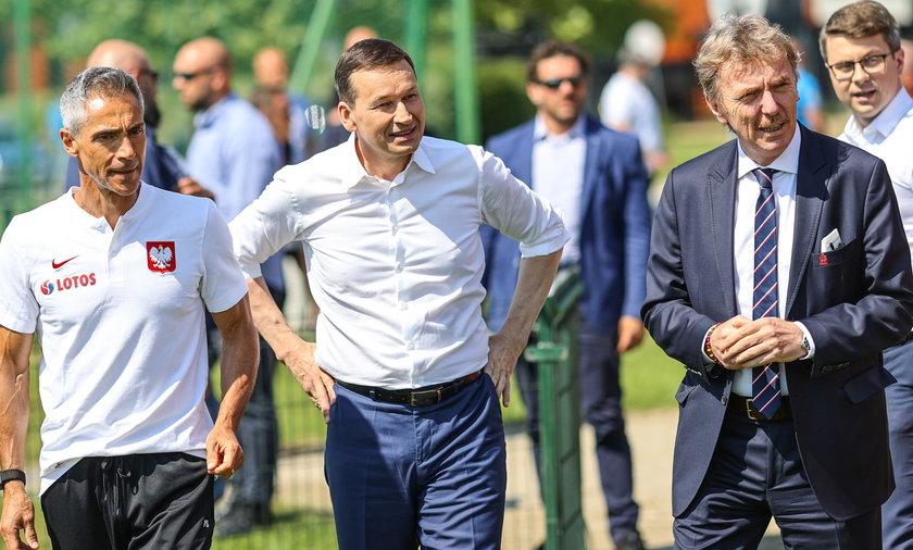 Zobacz, jak premier wygląda bez okularów! [MAMY ZDJĘCIA].