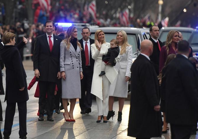 Tifani, Ivanka sa sinom, Erik i Donalda Junior Tramp sa suprugama Lisom i Vanesom na paradi nakon inauguracije